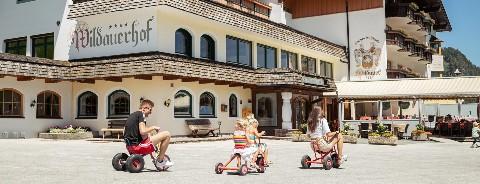 Familie vor Hotel Wildauerhof